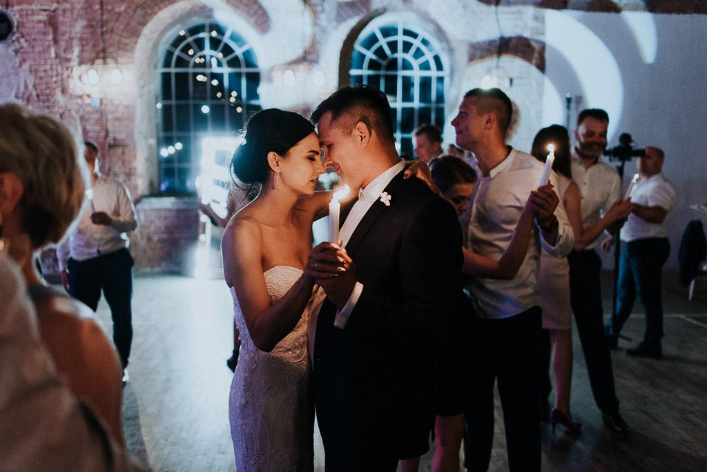 wesele sesja nad morzem taniec pary młodej przy świecach