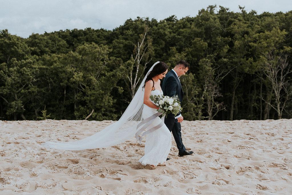 wesele sesja nad morzem para młoda spacerująca po wydmach