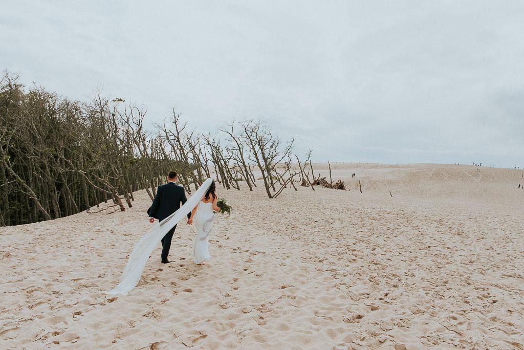 wesele sesja nad morzem para młoda śród suchych drzew na wydmach