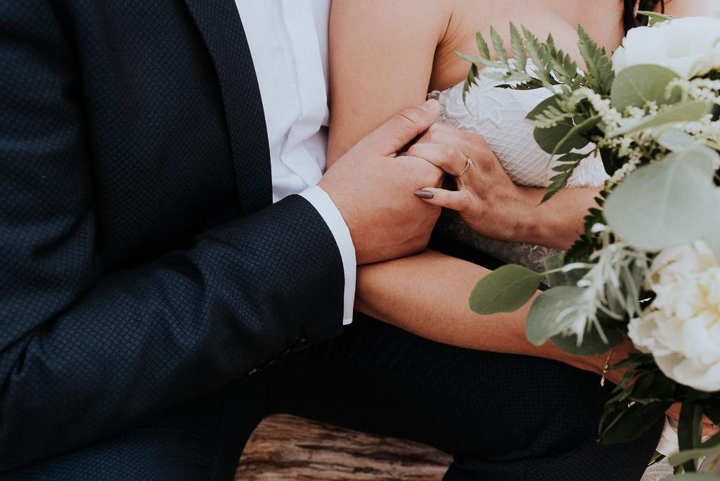 wesele sesja nad morzem splecione dłonie pary młodej