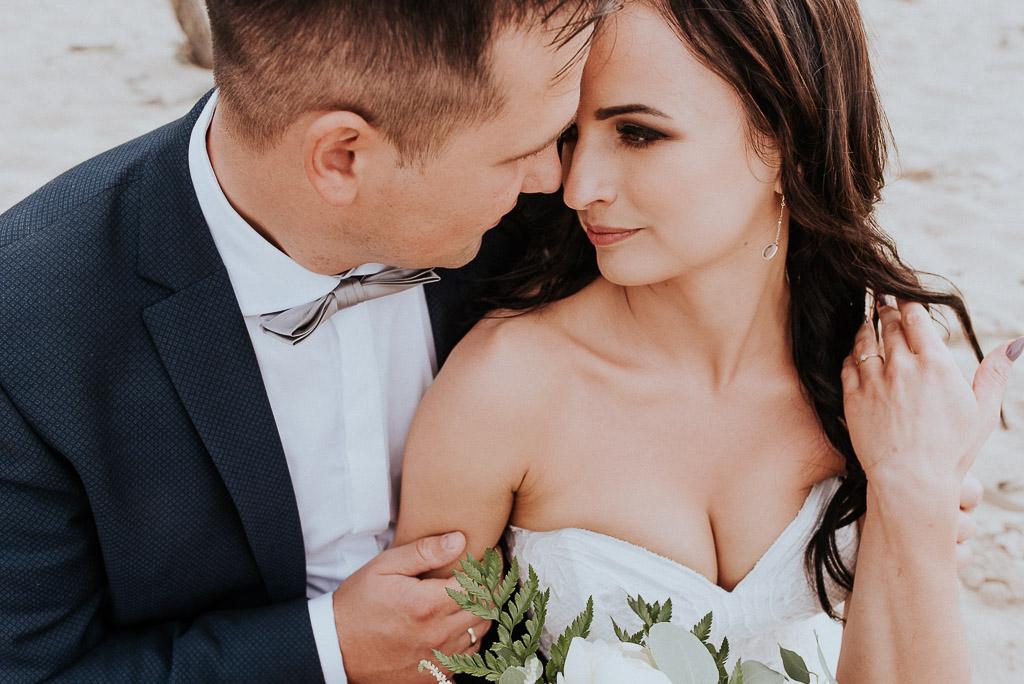 wesele sesja nad morzem para młoda na plaży przytula się czołami