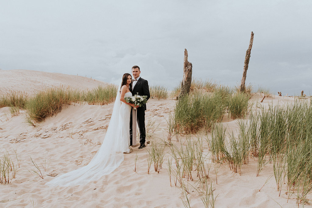 wesele sesja nad morzem para młoda na wydmach w łebie przytula się