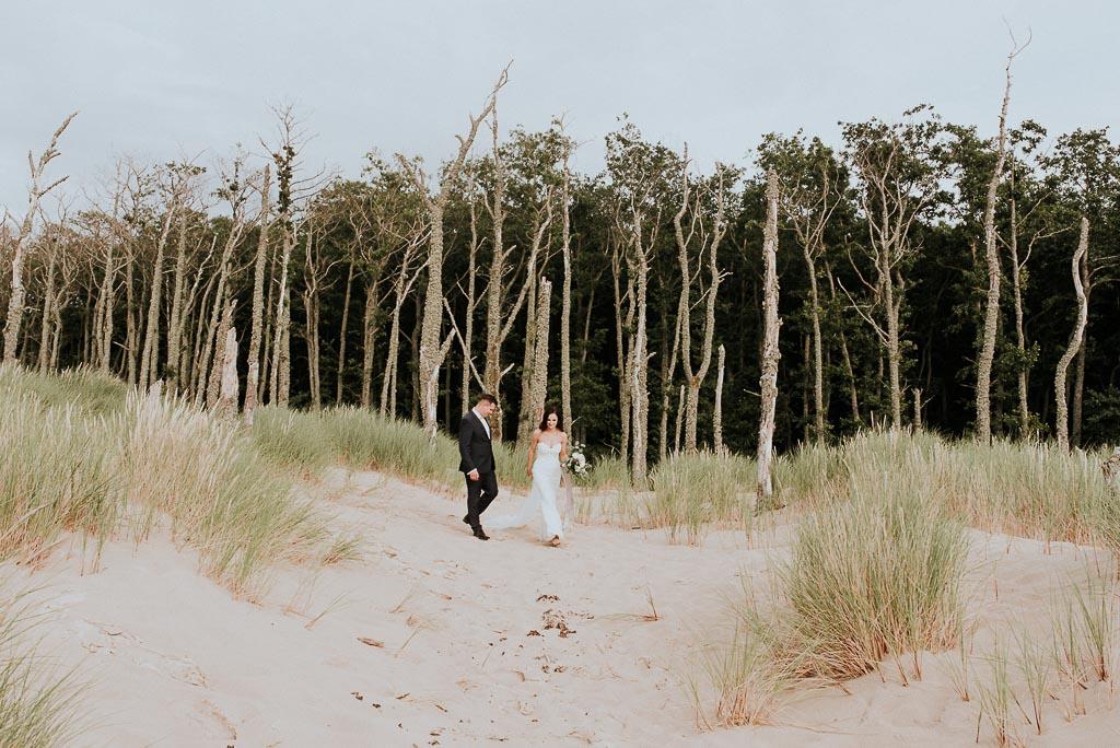 wesele sesja nad morzem spacer wśród suchych drzew i traw na wydmach