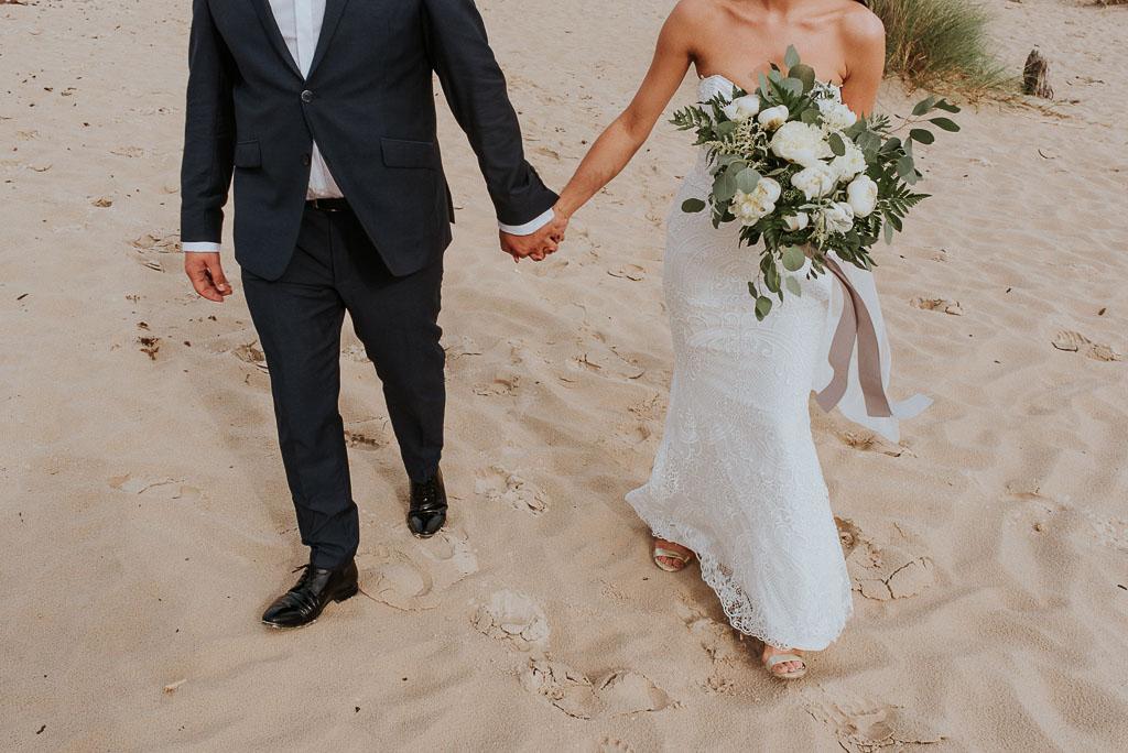 wesele sesja nad morzem trzymające się dłonie pary młodej