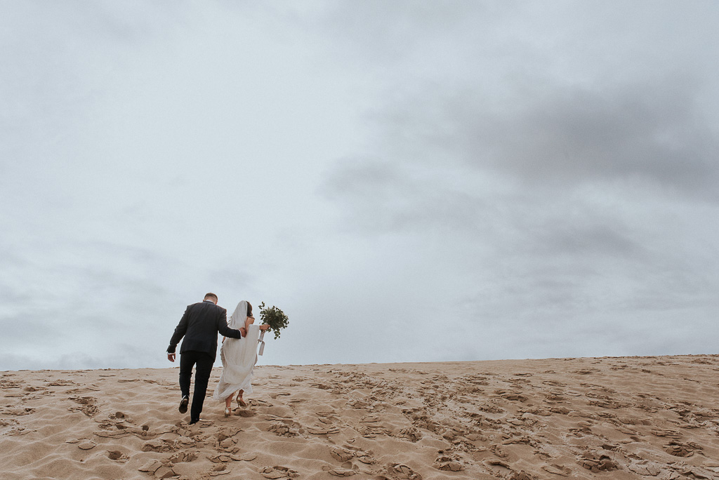 wesele sesja nad morzem para młoda wspina się na wydmę