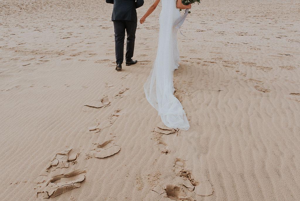 wesele sesja nad morzem ciągnący się welon po plaży
