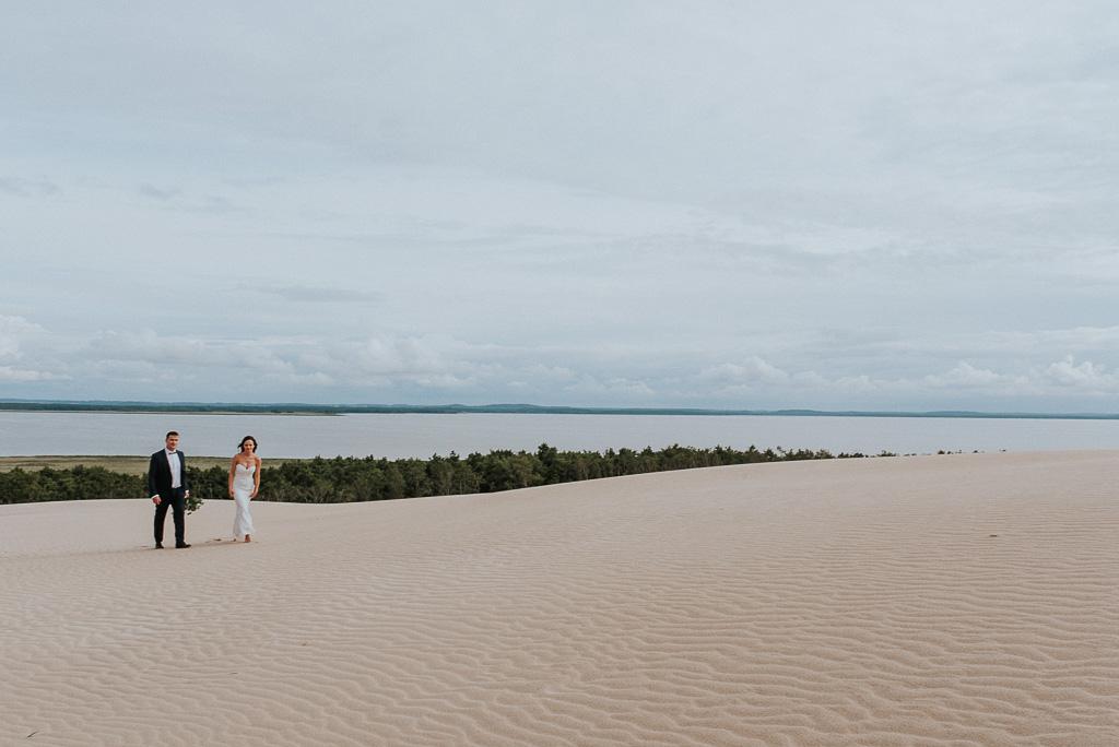 wesele sesja nad morzem para młoda na wydmie z morzem w tle