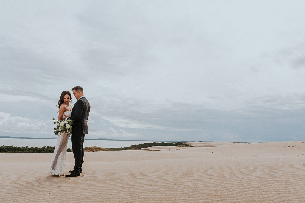 wesele sesja nad morzem przytulona para młoda na wydmie