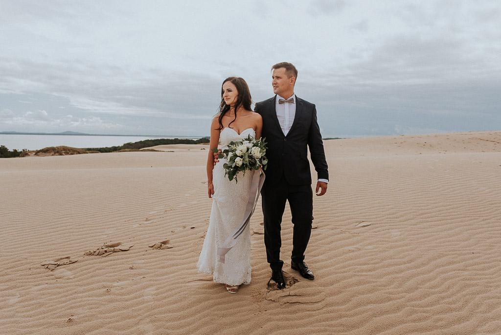 wesele sesja nad morzem przytulona para moda w spacerze spoglądająca w tym samym kierunku
