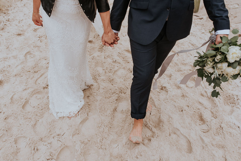 wesele sesja nad morzem spacer pary młodej boso po plaży