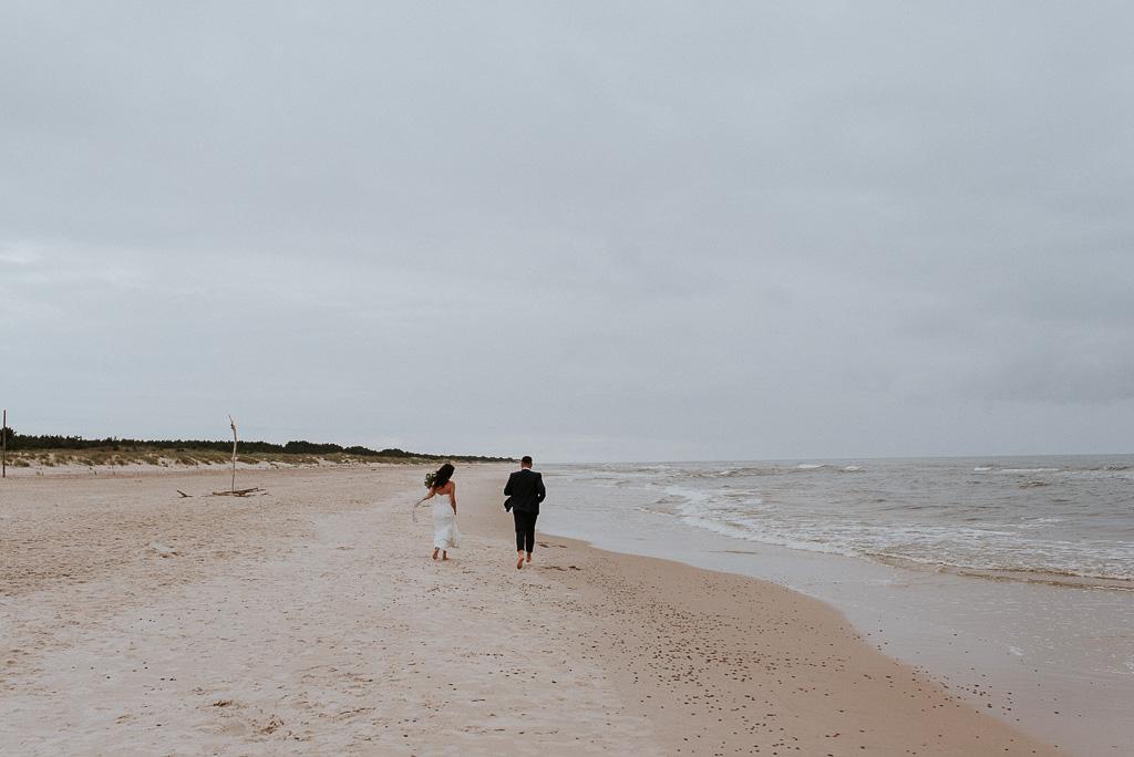 wesele sesja nad morzem para młoda biegnąca po brzegu plaży