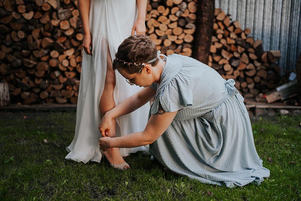 przygotowania panny młodej w ogrodzie, ubieranie,