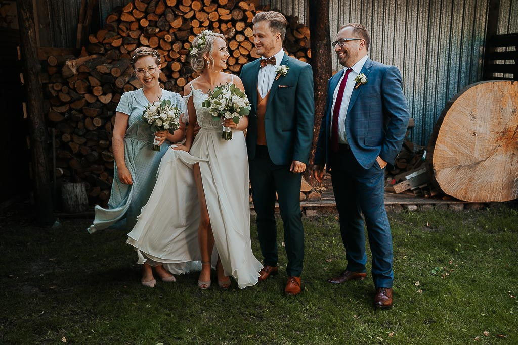 portret pary młodej ze świadkami, rozwiana suknia ślubna