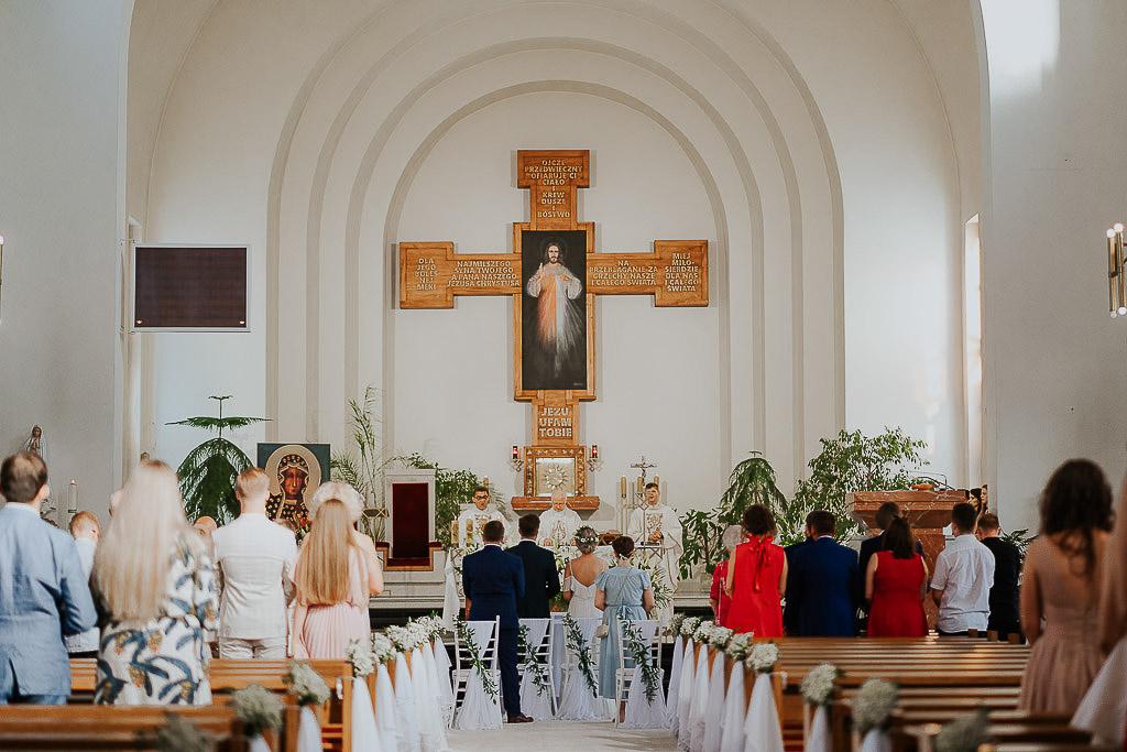 goście w kościele
