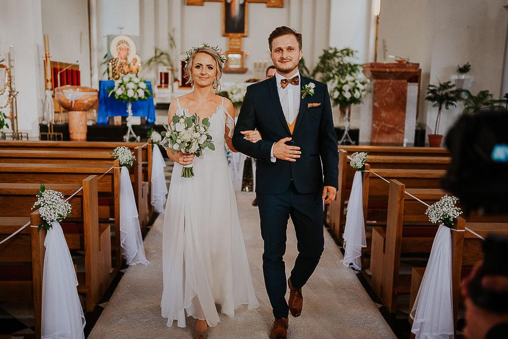 wyjście pary nowożeńców z kościoła