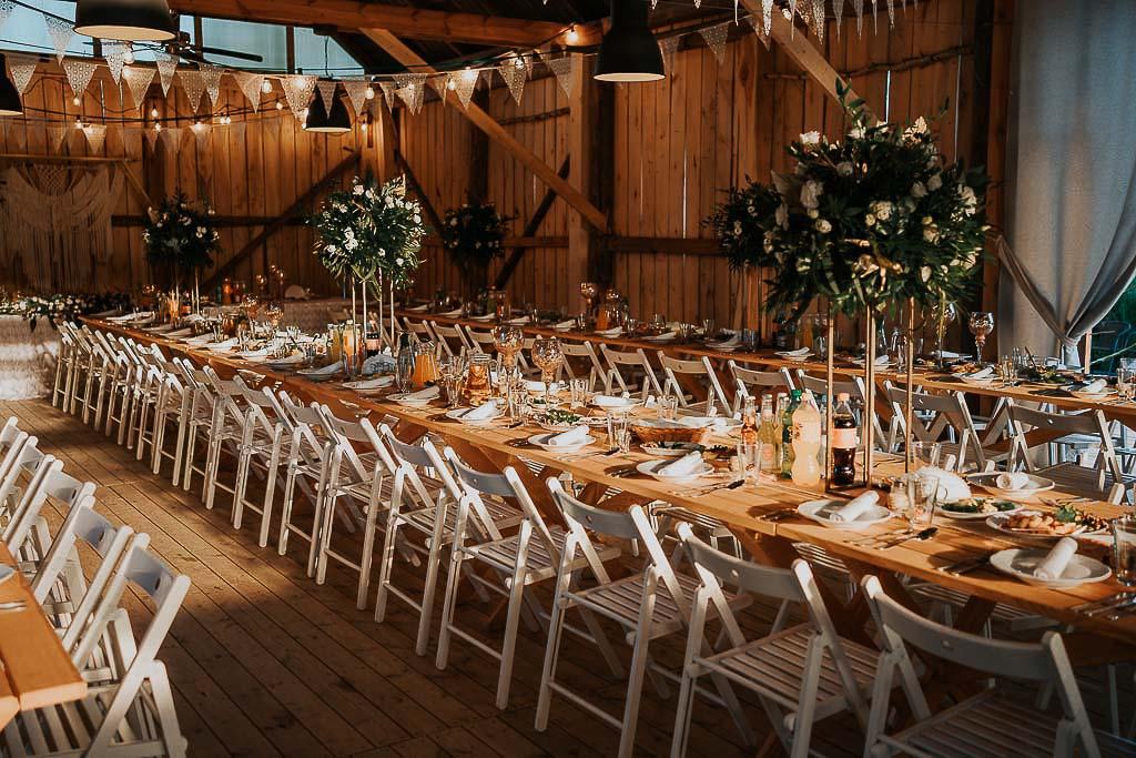 nakrycia dla gości w stodole, białe krzesła