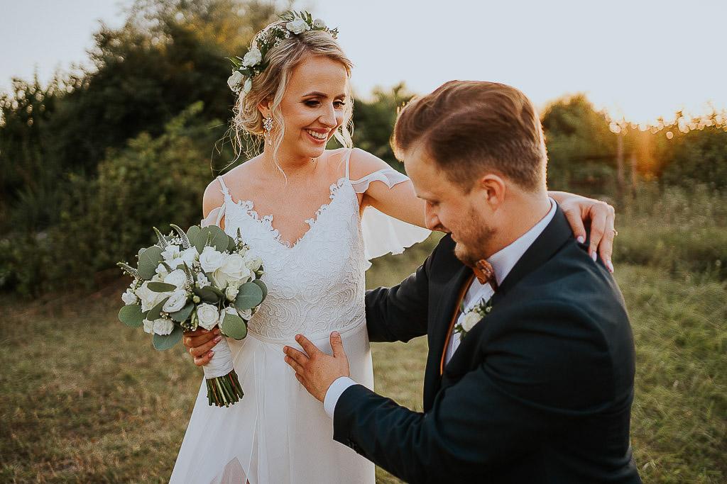 para młoda podczas sesji w dniu ślubu, Czyzewski fotografia ślubna chata za wsią