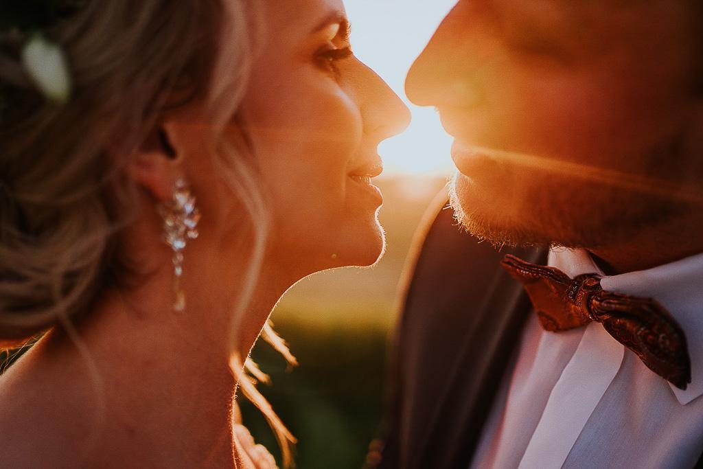 pocałunek o zachodzie słońca chata za wsią