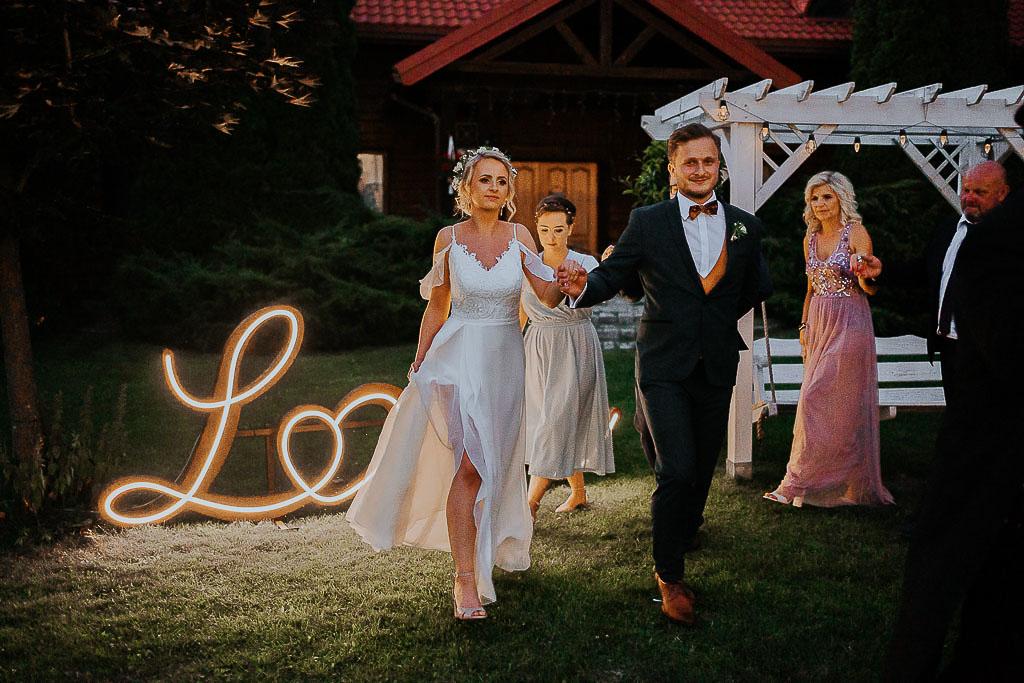 polonez na rozpoczęcie przyjęcia weselnego, taniec przed stodoła chata za wsią