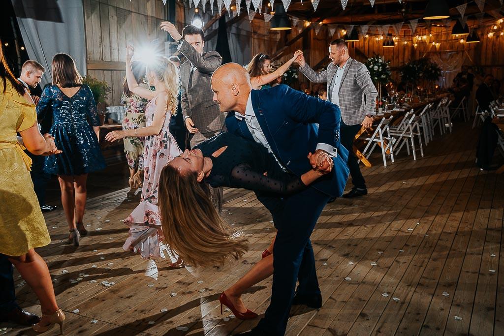 para tańczy na parkiecie w stodole,
