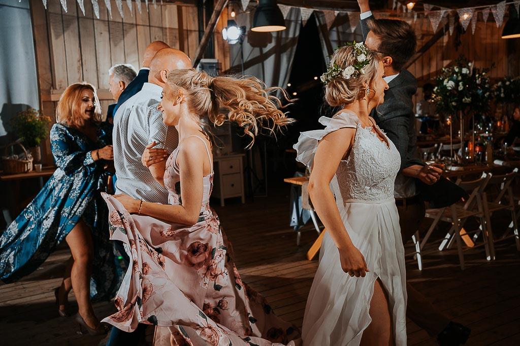"""tance w stodole, para młoda tańczy """"haczyki"""" chata za wsią"""