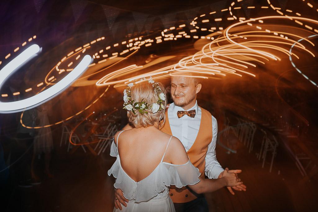 rozmyte światła podczas tańca pary młodej