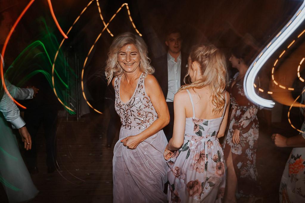 mama panny młodej tańczy z córka
