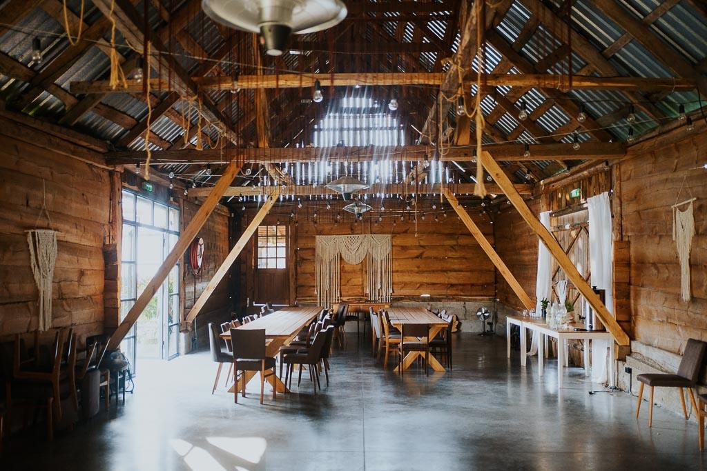 drewaniana stodołą na ślub i wesele, sesja narzeczeńska piotr czyżewski fotografia