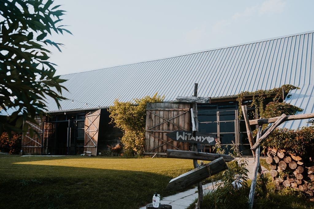 stodołą, folwark ruchenka, sesja narzeczeńska piotr czyzewski