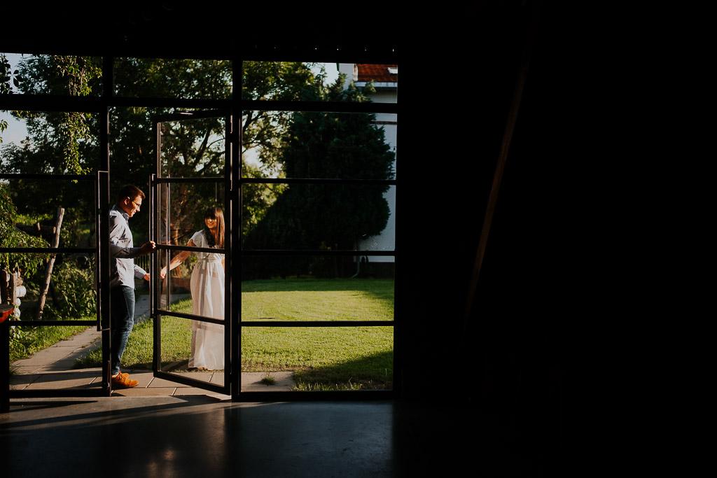 para wychodzi ze stodoły przez szklane drzwi, sesja narzeczeńska
