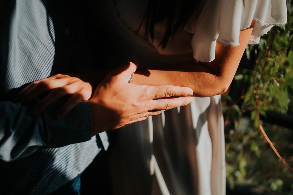 dotyk dłoni, sesja narzeczeńska, piotr czyżewski fotografia