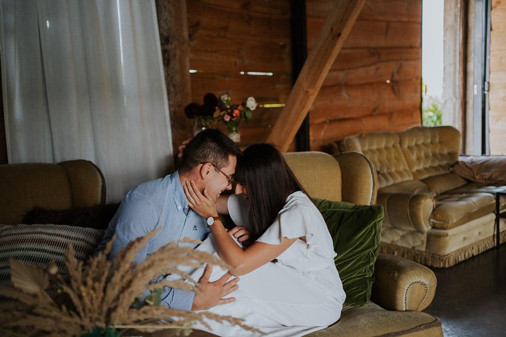 przytulona para w folwarku ruchenka siedzi na starej sofie
