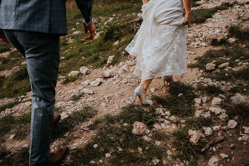 suknia ślubna szpilki na górskiej ścieżce sesja w górach piotr czyżewski