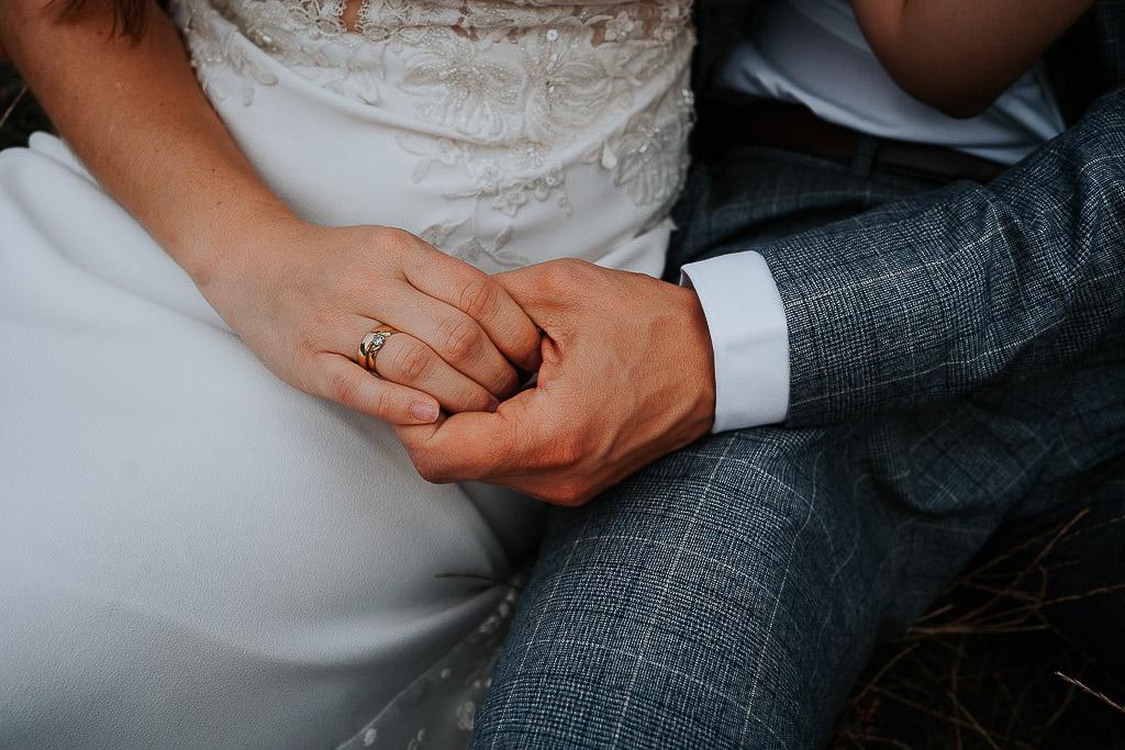ręce pary młodej, obrączka i pierścionek zaręczynowy sesja w górach piotr czyżewski