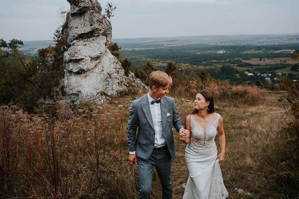 wpatrzona w siebie para młoda spaceruje w górach sesja w górach piotr czyżewski