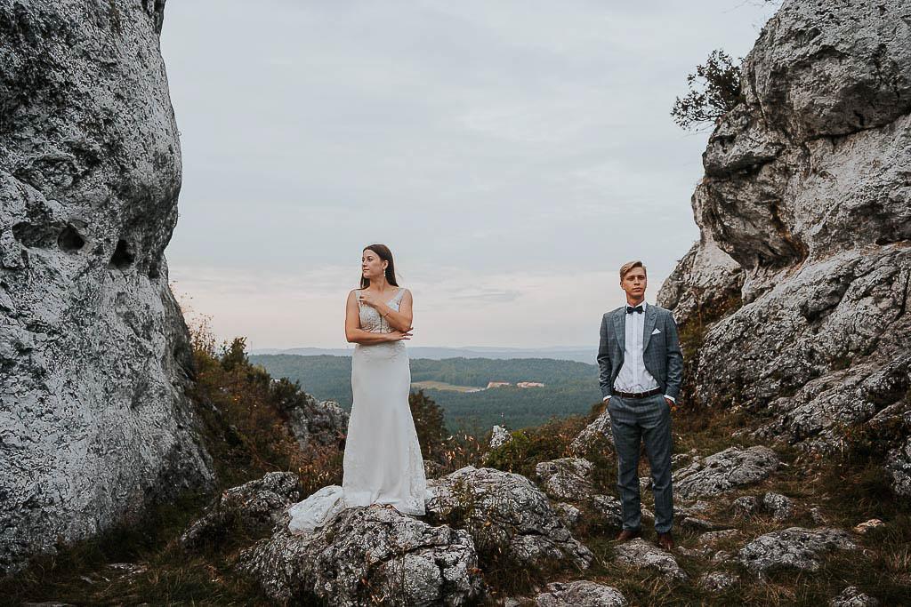 portret pary młodej na skale suknia ślubna maja florkiewicz sesja w górach piotr czyżewski