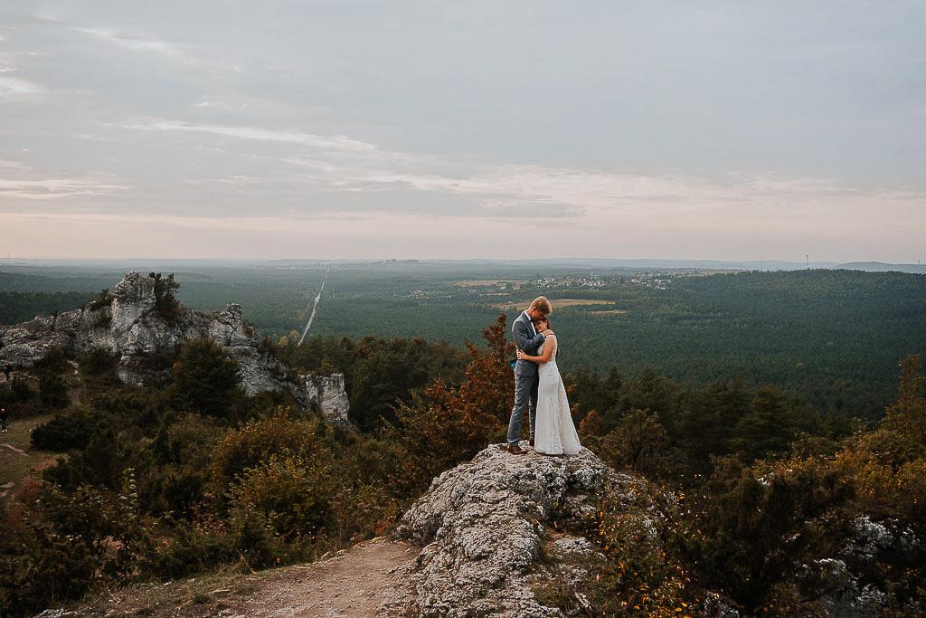 przytulona para młoda na skale w tle panorama sesja w górach piotr czyżewski