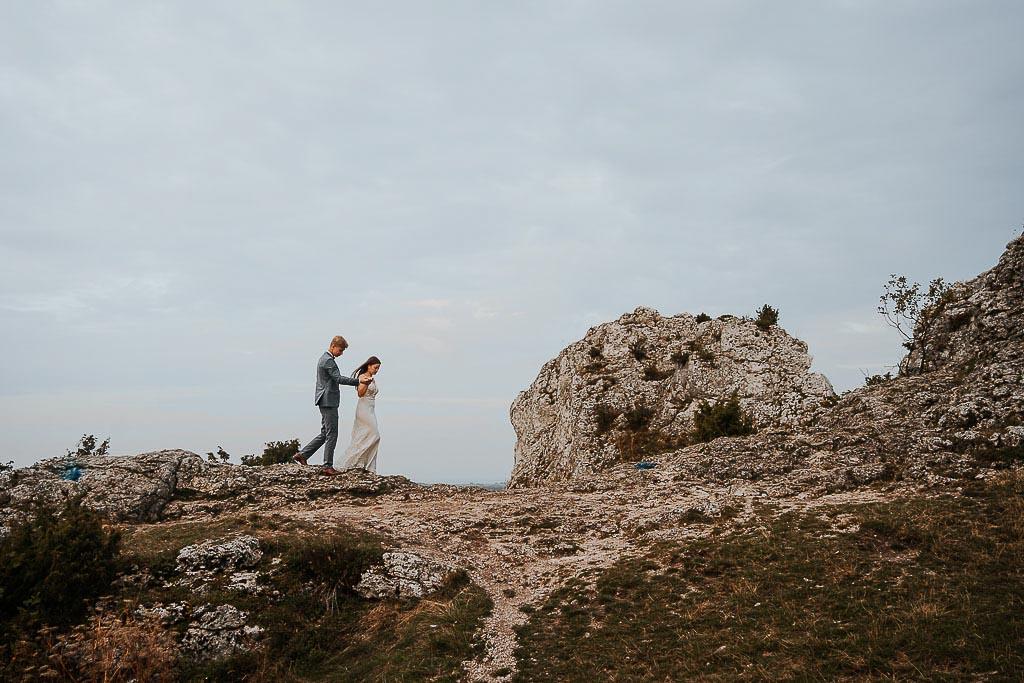 para młoda spaceruje po skale trzymając się za ręce sesja w górach piotr czyżewski