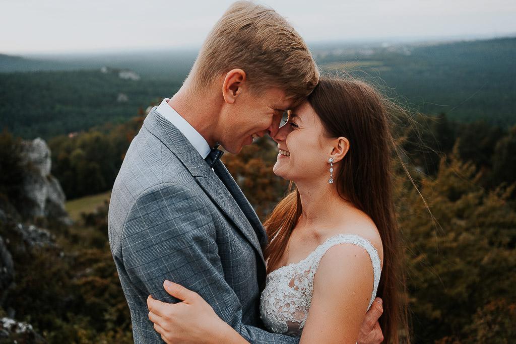 stykającą się czołami para młoda uśmiecha się do siebie sesja w górach piotr czyżewski