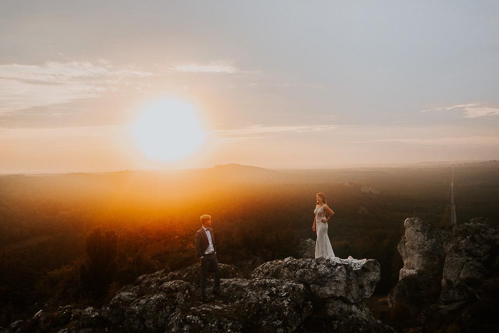 para młodych ana szczycie góry przy zachodzącym słońcu sesja w górach piotr czyżewski