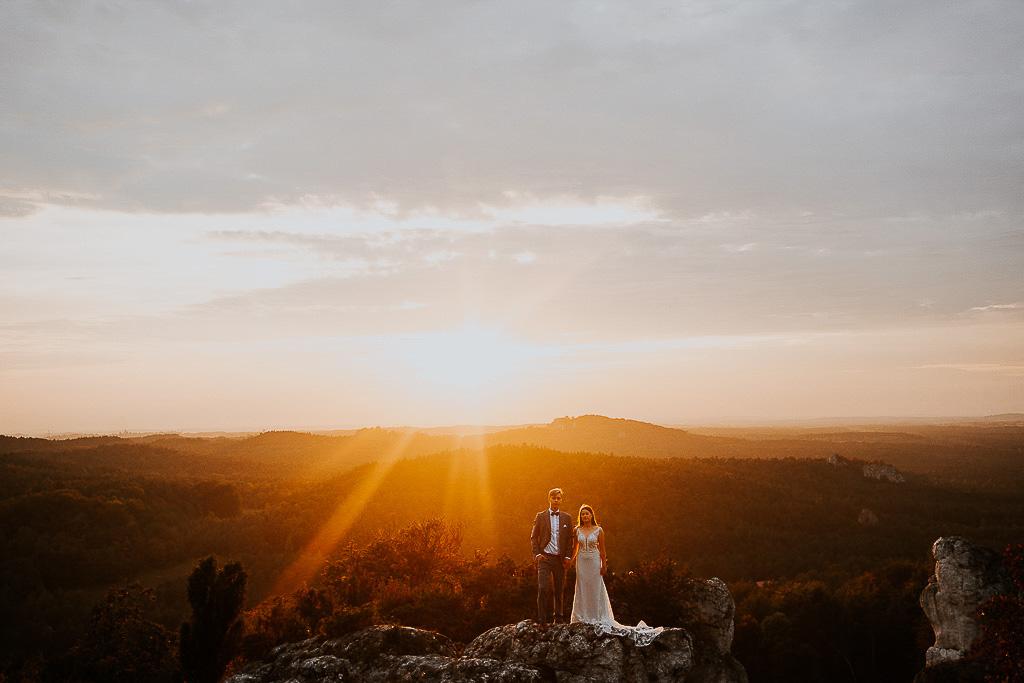 portret pary młodej na szczycie w tle zachód słońca sesja w górach piotr czyżewski