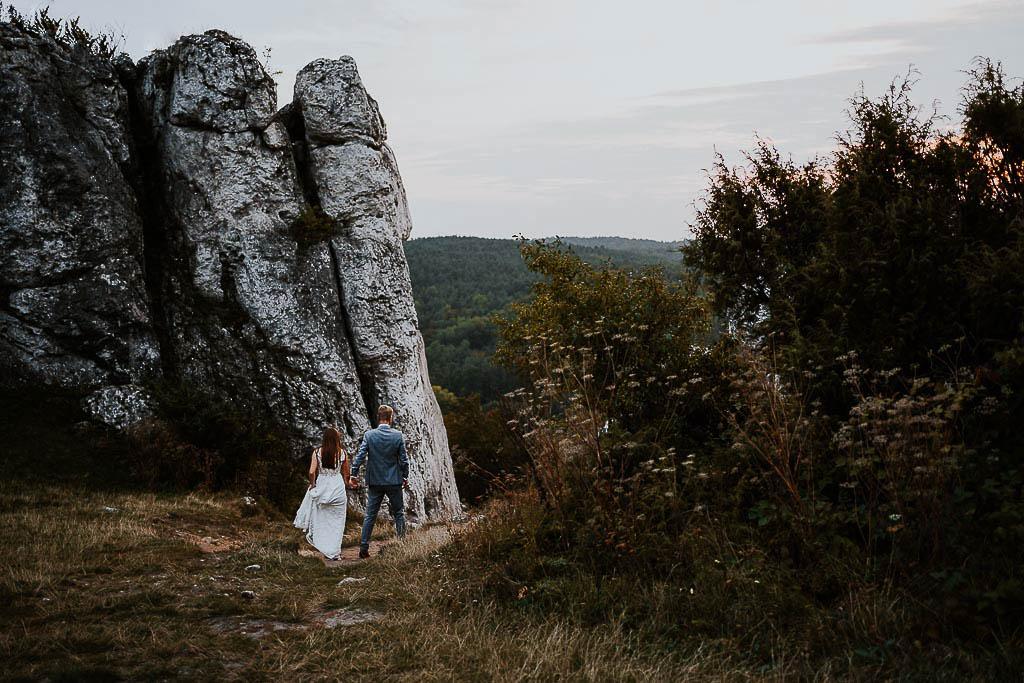 para młoda schodzi z gór po zachodzie słońca sesja w górach piotr czyżewski