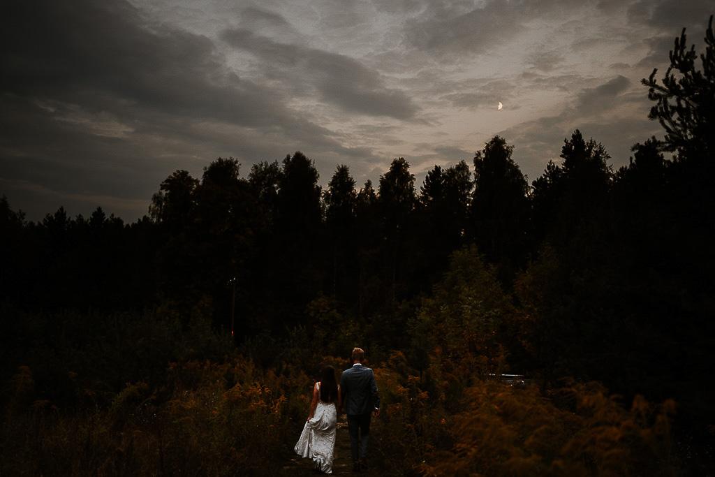 młodzi wracają z gór o zmroku, księżyc na niebie sesja w górach piotr czyżewski