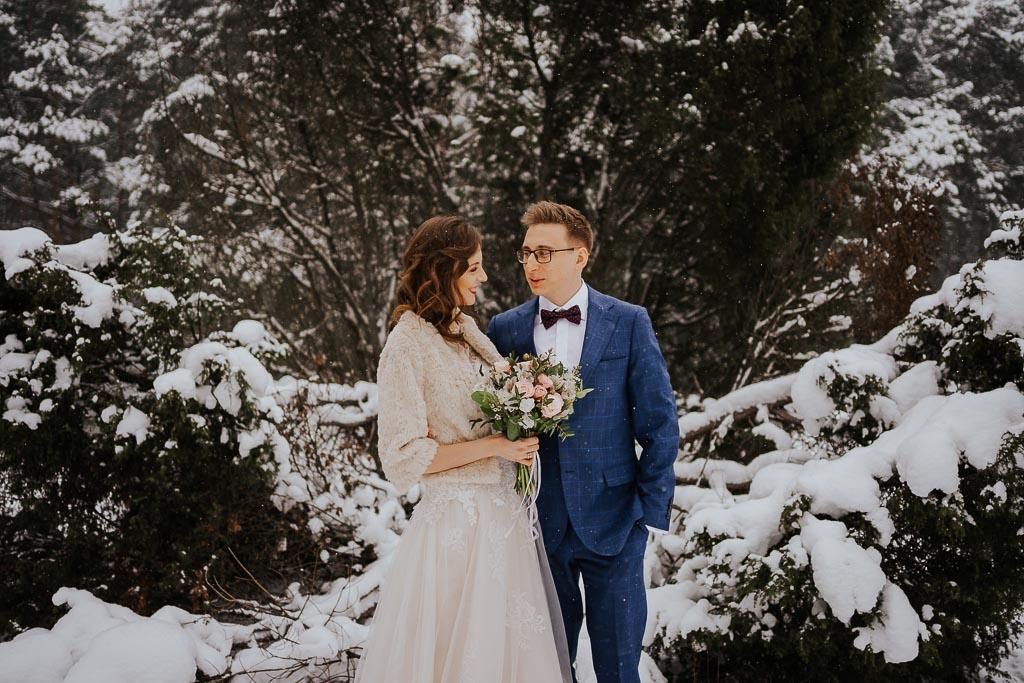 para młoda przytulona, las zima zimowa sesja Piotr czyżewski fotografia
