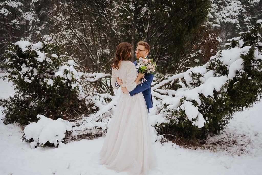 przytulona para młoda, niebieski garnitur zimowa sesja Piotr czyżewski fotografia