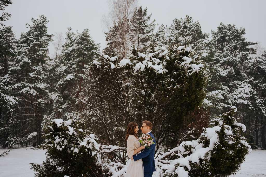 bukiet ślubny suknia ślubna zimowa sesja Piotr czyżewski fotografia
