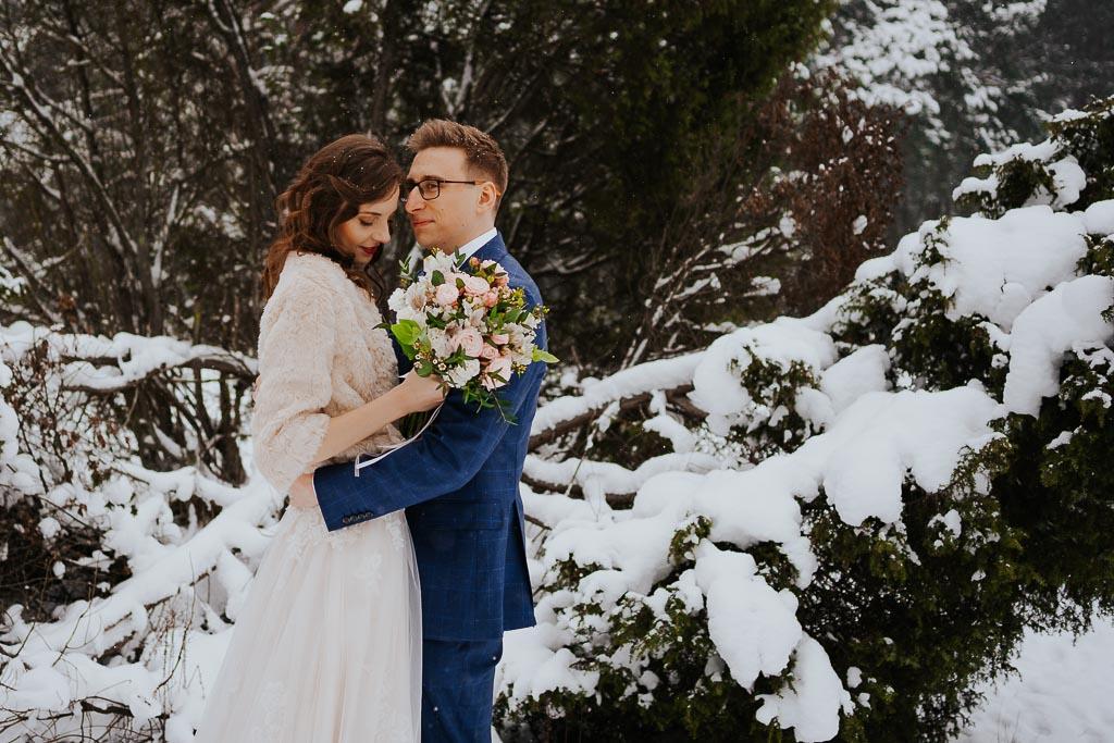 przytulona para młoda suknia ślubna narzuta dla panny młodej zimowa sesja Piotr czyżewski fotografia
