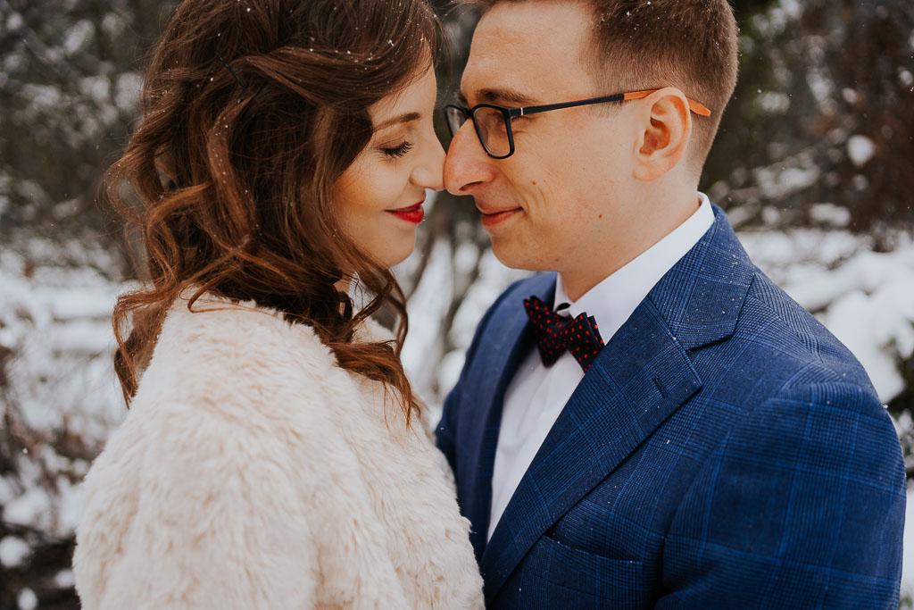 uśmiechnięta para, zimowa sesja Piotr czyżewski fotografia