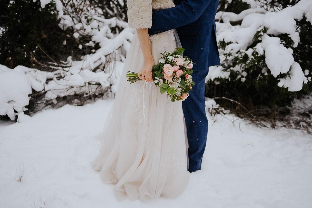 bukiet ślubny, suknia ślubna w literze A, granatowy garnitur zimowa sesja Piotr czyżewski fotografia