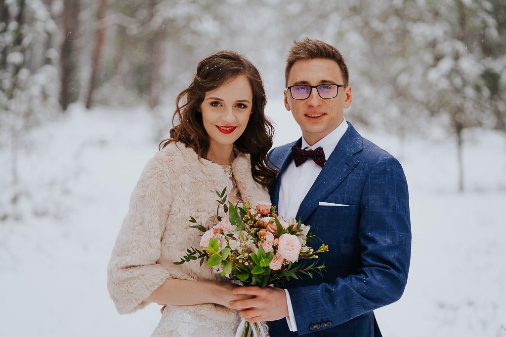 portret pary młodej kwiaty na ślub zimowa sesja Piotr czyżewski fotografia